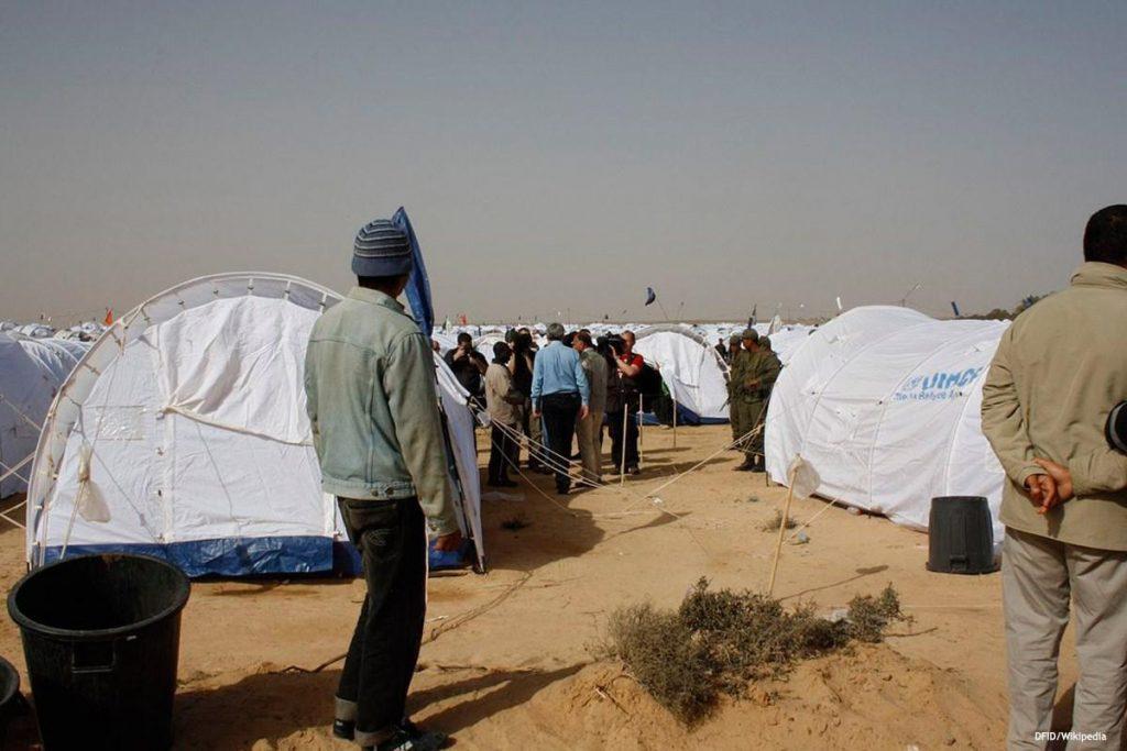 Migrants devant des tentes