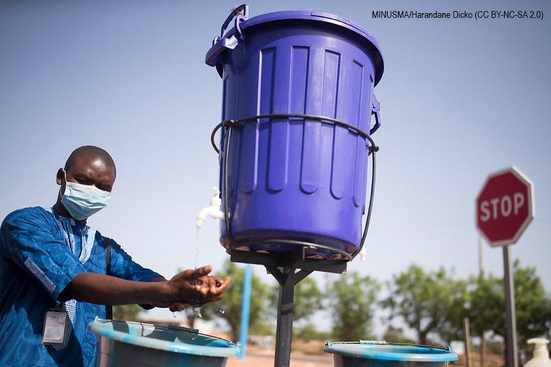 Au Mali, de grandes poubelles sur pieu servent de réserve d'eau pour permettre aux gens de se laver les mains contre la Covid-19.